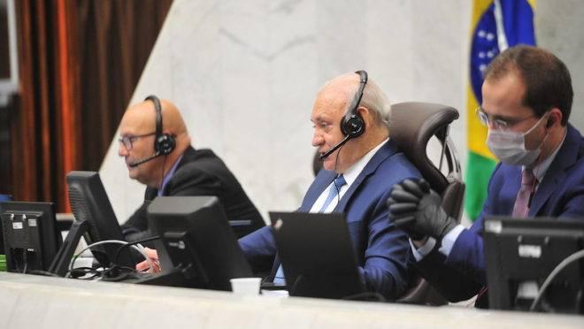 """""""Sessões virtuais"""" têm sido conduzidas no plenário físico da Assembleia Legislativa pelo presidente da Casa, Ademar Traiano (PSDB), e pelo primeiro-secretário, Luiz Claudio Romanelli (PSB), com apoio de um grupo de funcionários"""