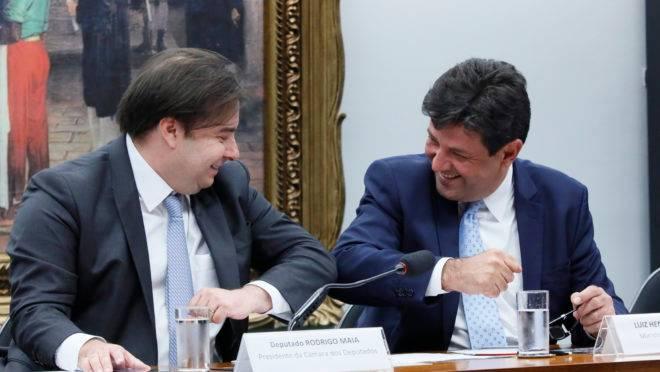 O deputado Rodrigo Maia cumprimenta o ministro Luiz Henrique Mandetta
