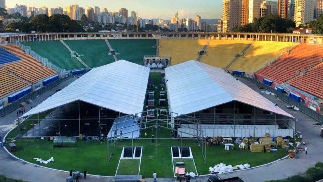 Hospital de campanha erguido no gramado do Estádio do Pacaembu, em São Paulo: estados e municípios têm despesas extraordinárias por causa do combate ao coronavírus.