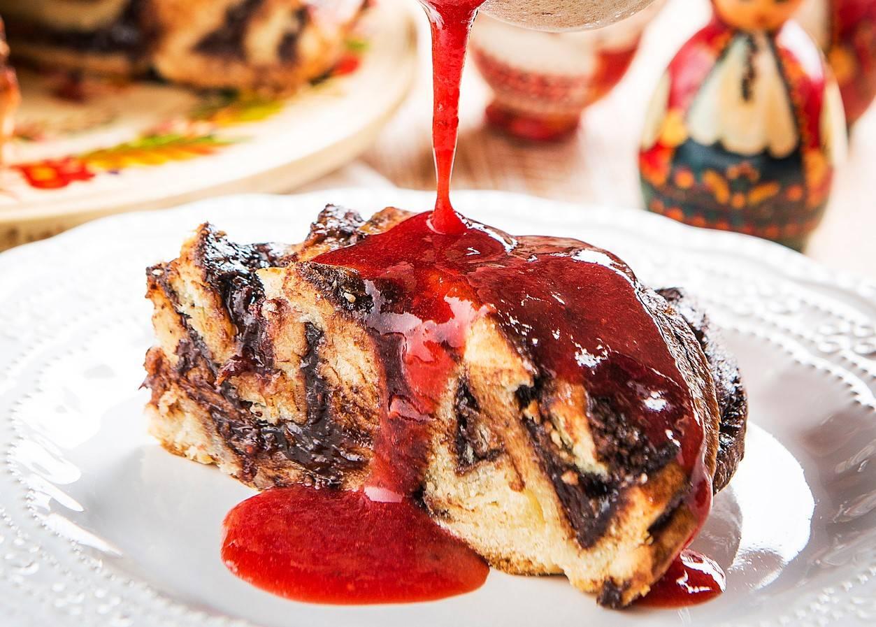 Babka de chocolate e frutas vermelhas: pão trançado se come também em outros países de origem eslava