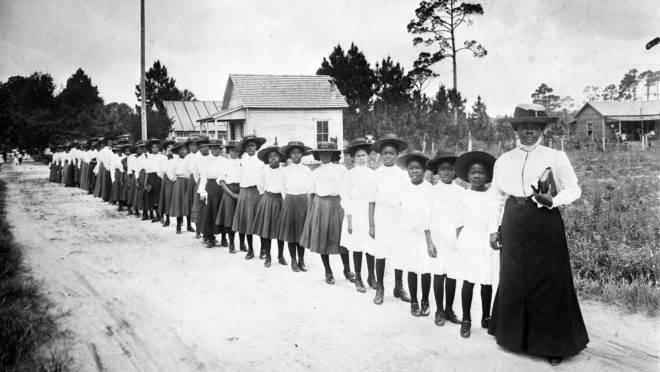 Mary Bethune e as alunas do Literary and Industrial Training School for Negro Girls, no início do século 20.