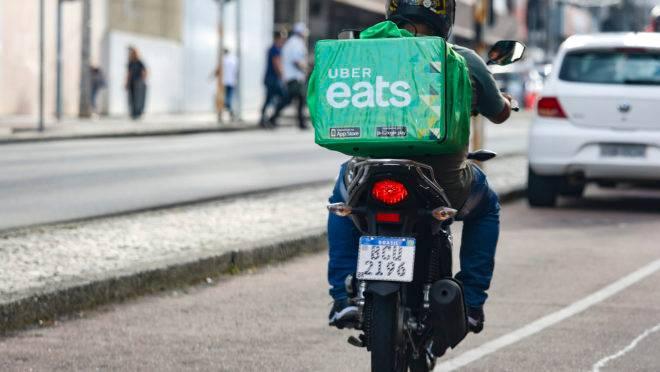 Motoboy atendendo pelo aplicativo Uber Eats, em Curitiba