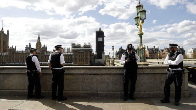 Policiais fazem guarda na Westminster Bridge, Londres, 6 de abril.