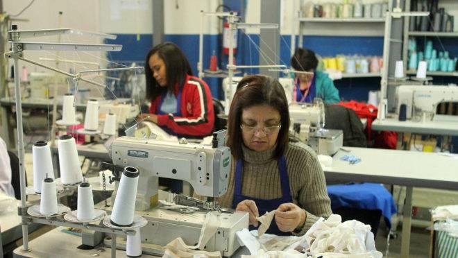 Vários setores da indústria do Paraná tiveram queda na demanda e alguns, como o do vestuário, passaram a fabricar itens usados no combate à pandemia