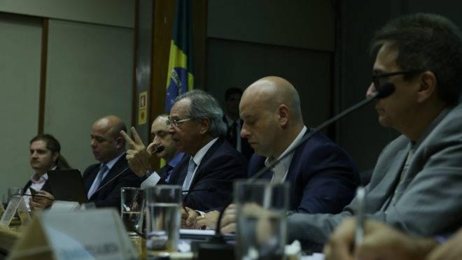 Ministro Paulo Guedes e seus secretários durante anúncio de medidas do grupo de monitoramento dos impactos da COVID-19.