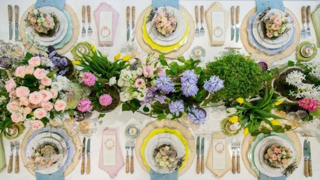 Flores, coelhos, guardanapos especiais e até mesmo uma árvore de chocolates. Veja as dicas e faça uma mesa especial para a Páscoa. Foto: Kelly Knevels / Divulgação