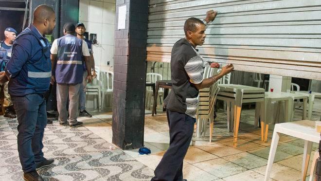 Fiscais da prefeitura do Rio de Janeiro fiscalizam cumprimento de decreto que proíbe aglomerações: comitê proposta pelo governo federal solucionaria litígios judiciais mais rapidamente.