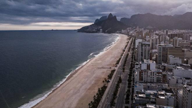 Praia de Ipanema, no Rio de Janeiro, vazia por conta da quarentena.