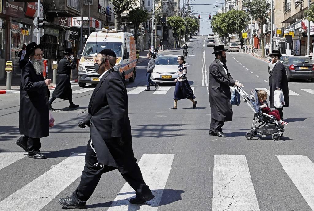 Rua da cidade de Bnei Brak, Israel, durante a pandemia do novo coronavírus, 3 de abril de 2020. Grande parte da população da cidade israelense contraiu covid-19