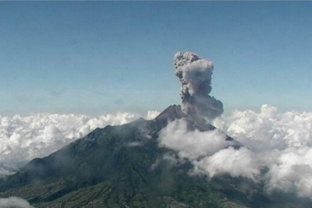 Vulcão Monte Merapi emite cinzas durante erupção, vista de Yogyakarta, Indonésia, 10 de abril de 2020