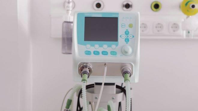 Em casos graves da doença, os respiradores ou ventiladores mecânicos facilitam as trocas de oxigênio dos pulmões