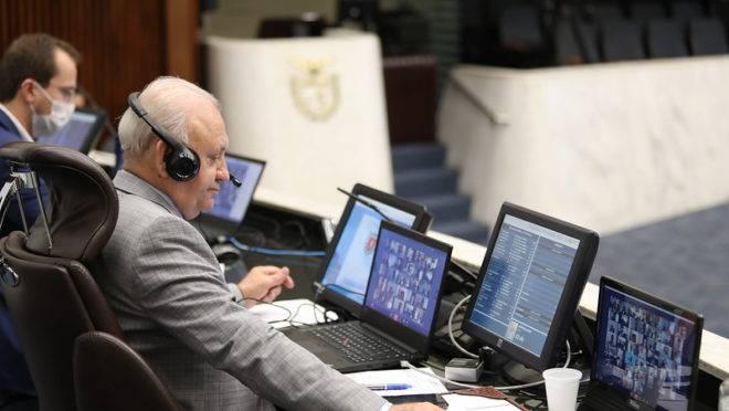 Presidente da Assembleia Legislativa, Ademar Traiano (PSDB), conduz a sessão remota desta segunda-feira (13)
