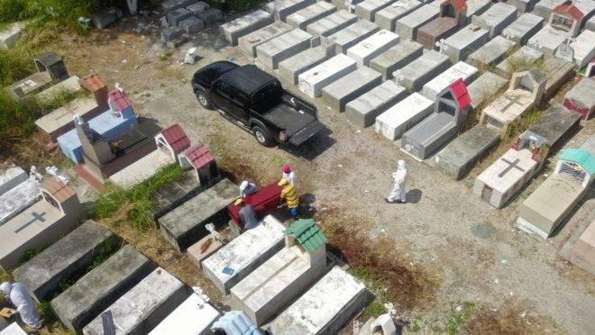 Sepultamento em cemitério na região de Guayaquil, Equador, 12 de abril de 2020. Força-tarefa já recolheu quase 800 corpos de residências no país