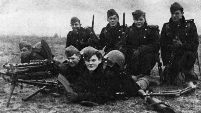 Jovens soldados dinamarqueses tentam conter as tropas invasoras nazistas.