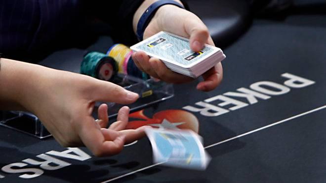 Dealer em ação na etapa de Curitiba do Brasileiro de poker de 2017, o BSOP.