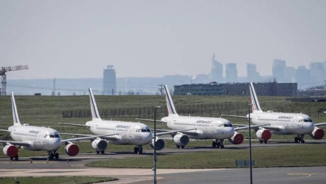 Aviões parados em aeroporto de Paris: economia espera reabertura.