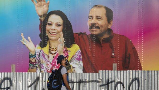 Mural com a imagem do ditador da Nicarágua, Daniel Ortega, e sua esposa e vice-presidente, Rosario Murillo, em Manágua, 14 de abril de 2020. Ortega fez sua primeira aparição pública depois de 34 dias
