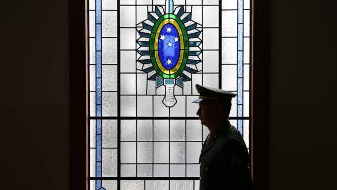 """Militares do governo aconselham Bolsonaro em diversos assuntos, mas decisão final é sempre do presidente: """"ele não pode ser tutelado"""", disse o general Villas Bôas."""