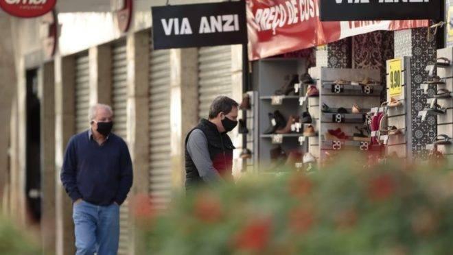 Curitiba é uma das cidades onde o comércio está reabrindo de acordo com normas de segurança, como o uso obrigatório de máscaras.