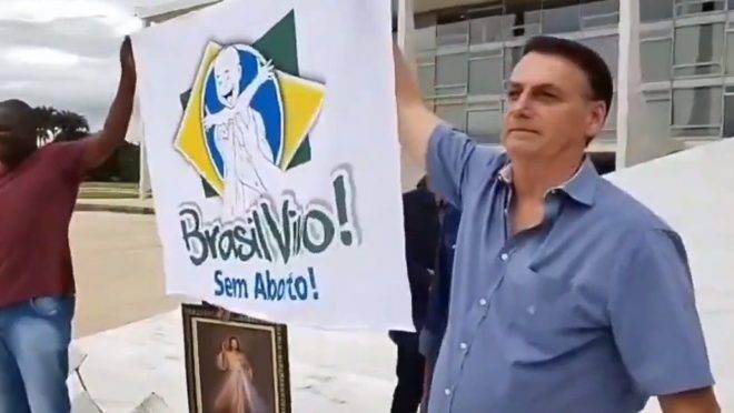 Bolsonaro participa de ato pró-vida contra o aborto em caso de zika