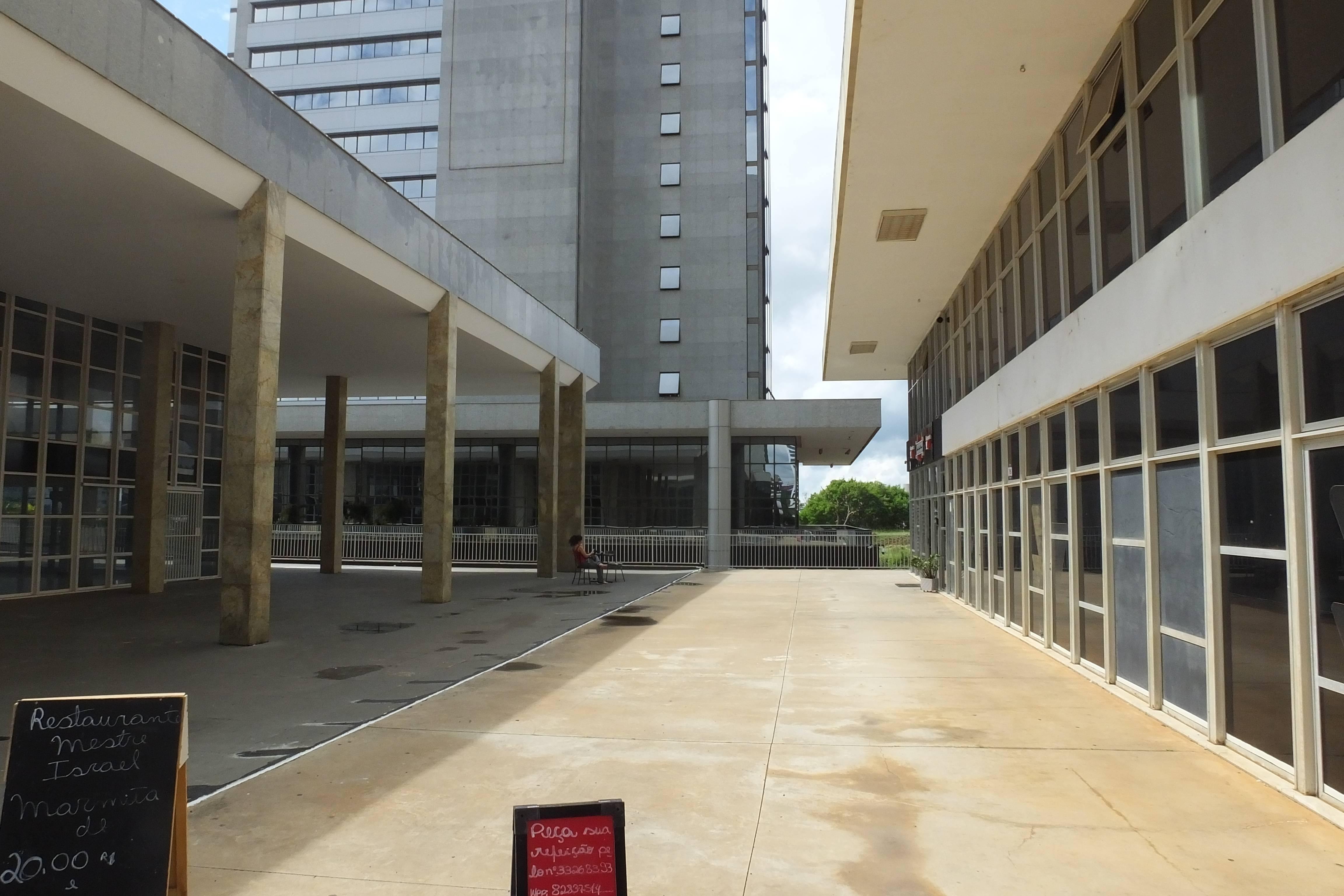 A plataforma do Setor Bancário Norte, que deveria ser livre e integrar o térreo dos edifícios, é repleta de interrupções que dificultam a fluxo dos pedestres.