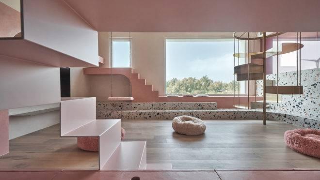 Um projeto para uma casa totalmente rosa  junto ao mar. O espaço de lazer é inspirador.