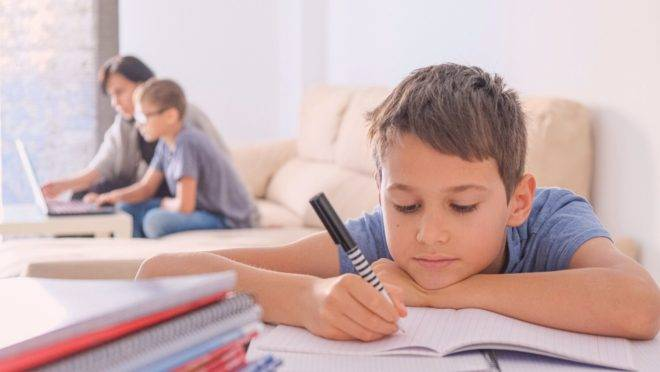 Como os pais podem fazer com que os filhos colaborem sem enchê-los de cobranças e de uma maneira que evite gritos e birras?
