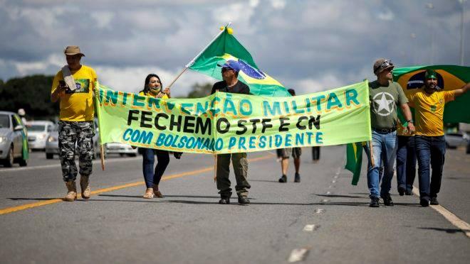 Manifestantes pregam abertamente uma intervenção militar e o fechamento do STF e do Congresso durante ato público em Brasília, no último domingo (19).