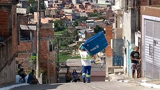 Investimentos em saneamento foram afetados pela crise da Covid-19. Em São Paulo, a Sabesp distribuiu caixas d'água em comunidades carentes