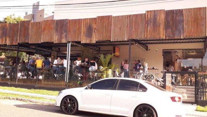 Bar em Curitiba no feriado de Tiradentes: gente sem máscara e sem respeitar distância social de 1,5 m.