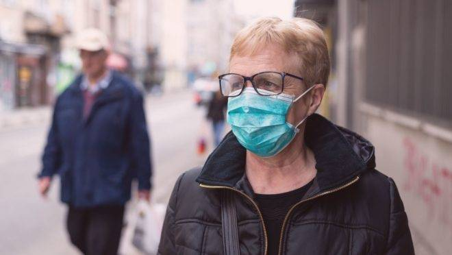 Usar a máscara fora de casa deve seguir algumas regras de limpeza e manuseio