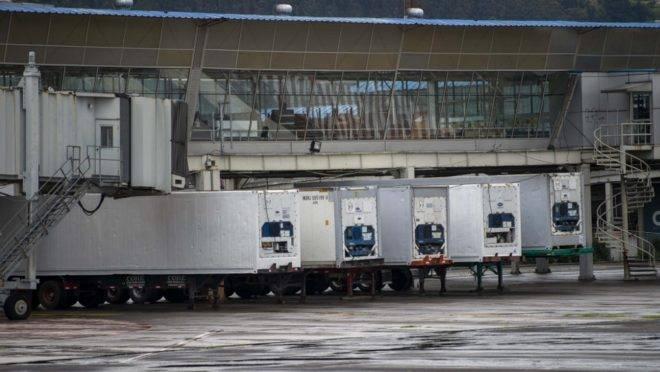 Caminhões frigoríficos que serão usados como necrotério temporário em centro de convenções que foi transformado em hospital de campanha com 370 leitos para atender pacientes de Covid-19 em Quito, Equador, 23 de abril de 2020