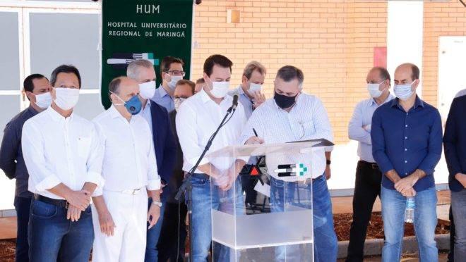 Ricardo Barros (ao fundo, à direita) na solenidade de assinatura da contratação de leitos em Maringá na última sexta-feira