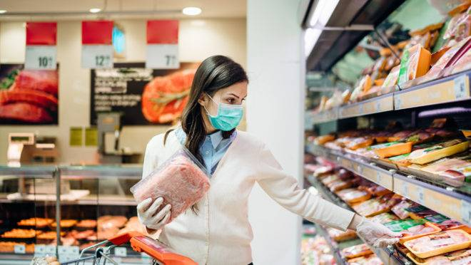 especial-pandemia-e-gastronomia-carne-Shopper With Mask Safely Buying For Groceries Due To Coronavirus