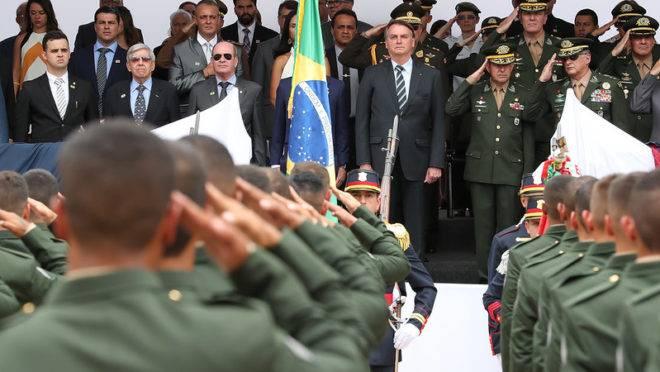 O presidente Jair Bolsonaro com membros das Forças Armadas