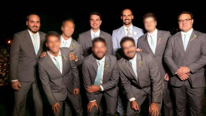 Eduardo Bolsonaro com seus padrinhos de casamento, entre eles Jorge Oliveira (à direita).