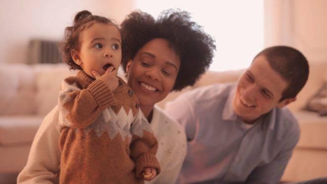 Administrar corretamente os conflitos e usar diferentes maneiras para mostrar afeto aproximam os membros da família