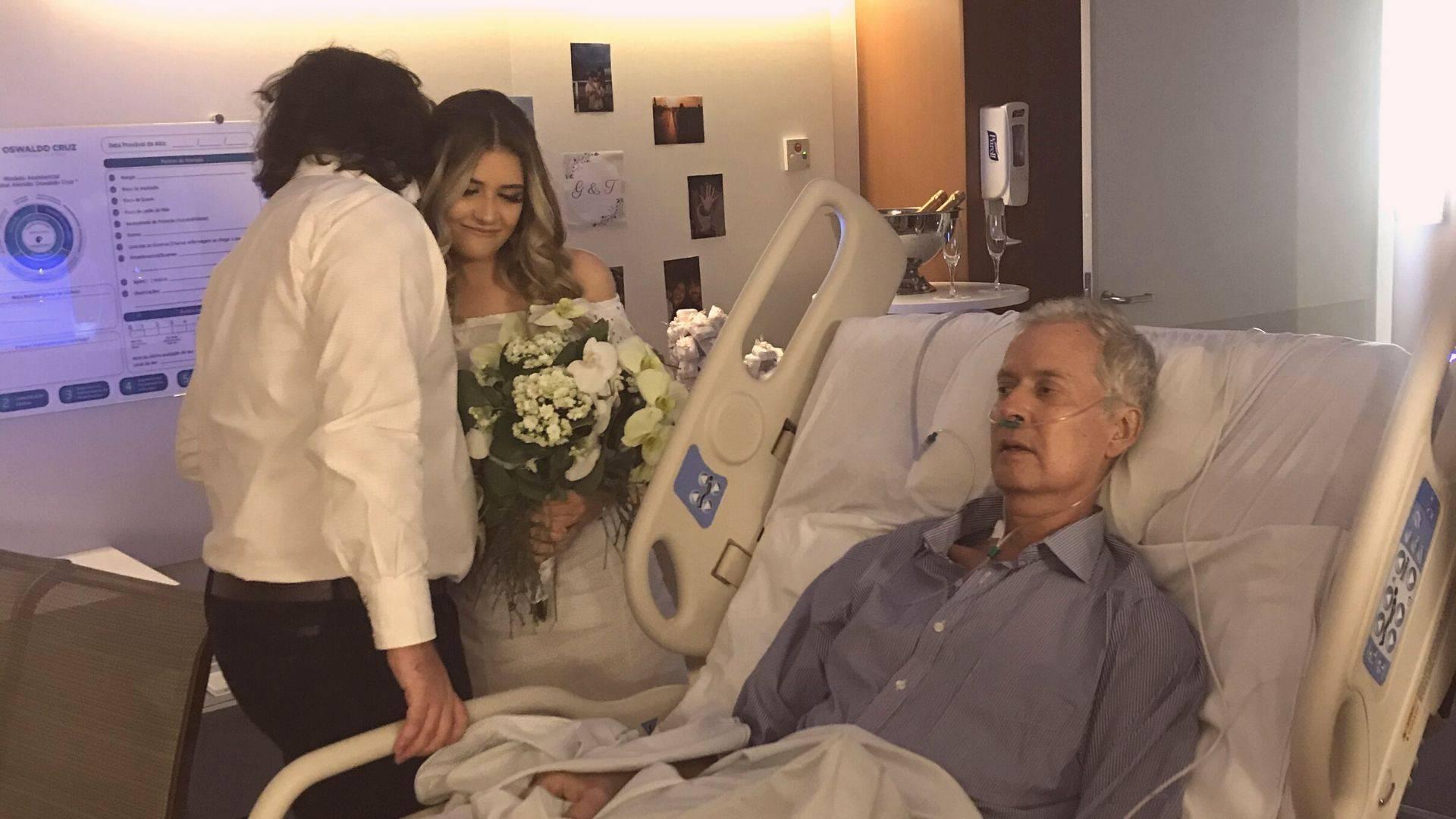 Gabriela Palheta, o noivo Thalles Tonini e o pai Glauco Palheta durante a cerimônia realizada no dia 5 de abril.