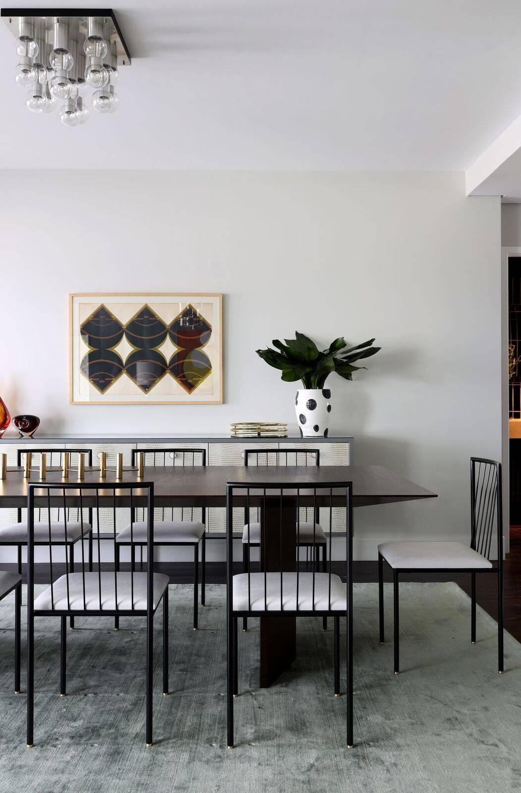 As cadeiras da mesa de jantar são assinadas por Geraldo de Barros, mesmo autor das banquetas do bar.