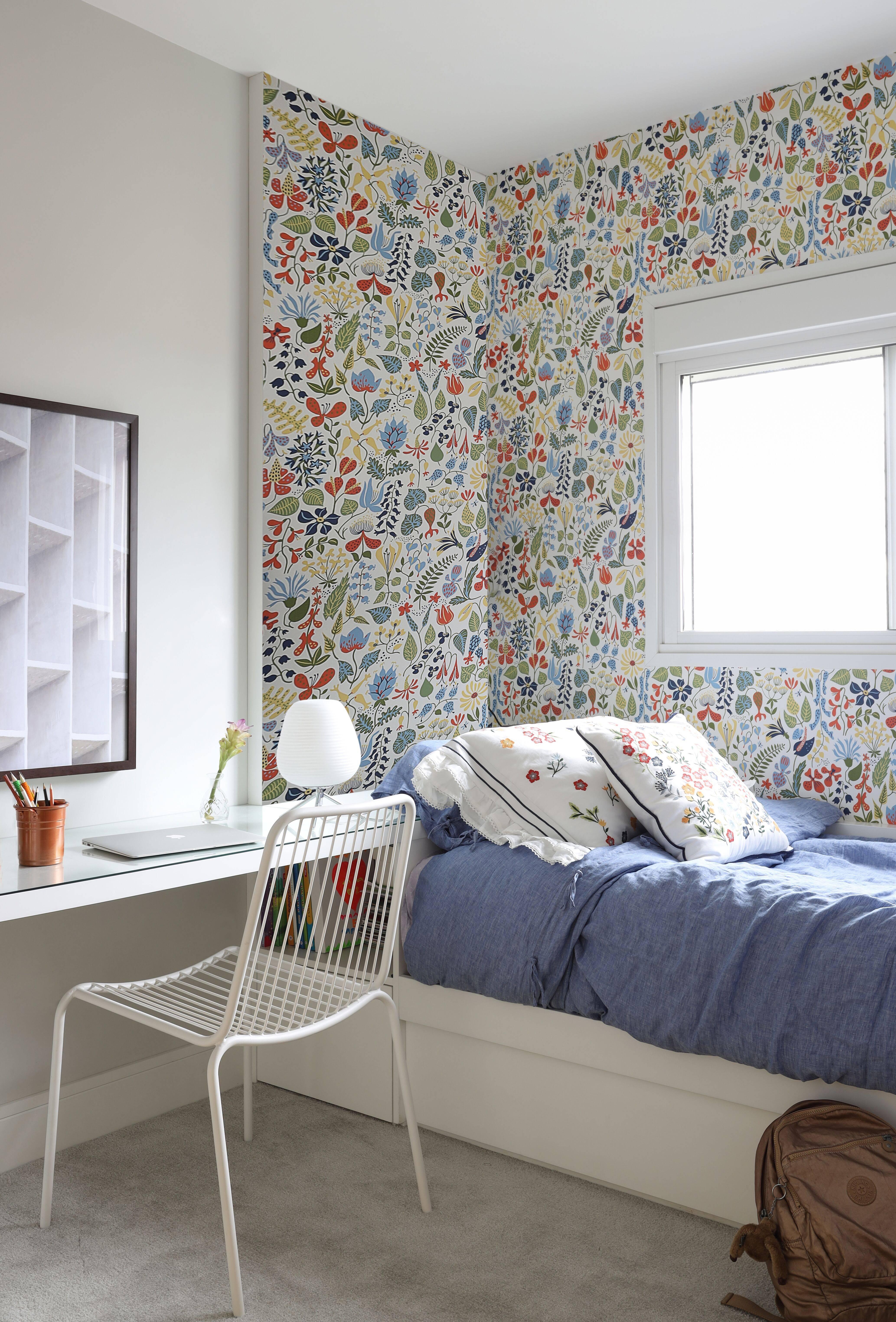 No quarto de uma das crianças, o floral escandinavo com pegada maximalista torna o espaço mais lúdico e divertido.