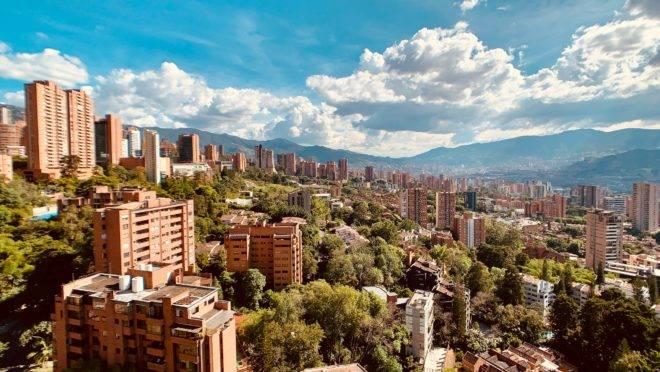 Medellín, na Colômbia, é uma das cidades representadas nas lives da maratona do Smart City Expo Curitiba.
