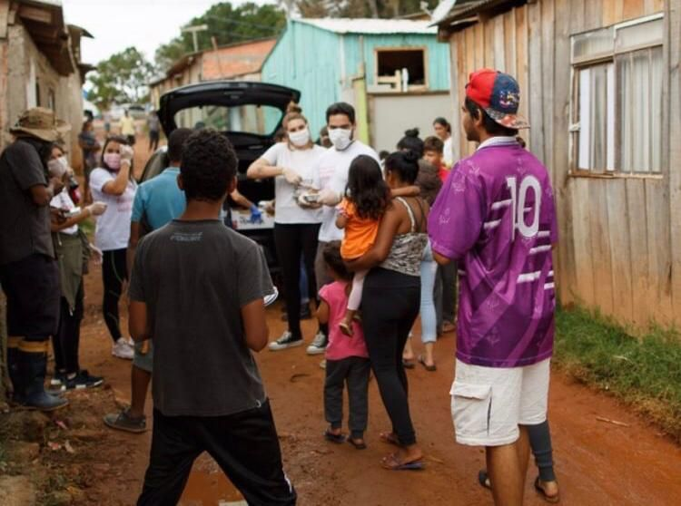 Voluntários do Good Truck distribuem marmitas na CIC. Foto: Reprodução/Instagram