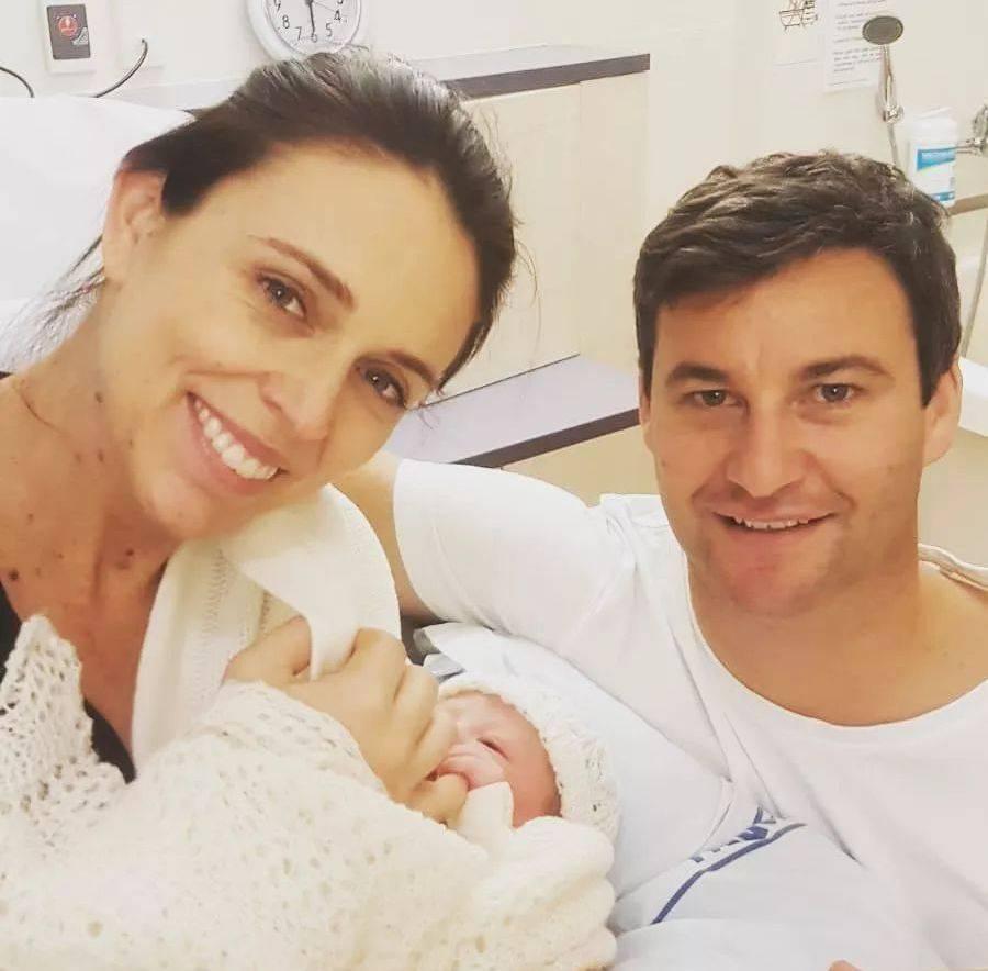 Jacinda com a filha recém-nascida e o marido,  Clarke Gayford. Foto: Instagram