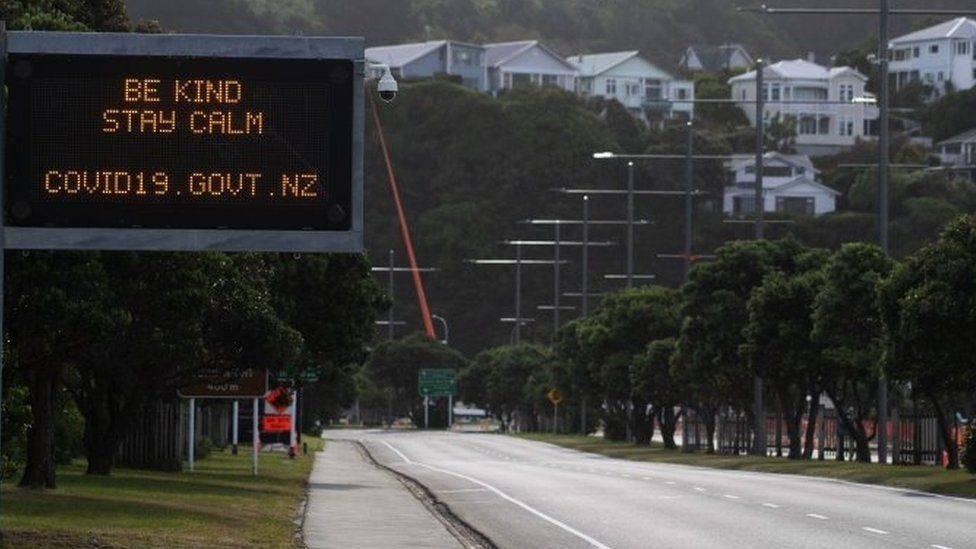 A mensagem de Jacinda Ardern pedindo gentileza e calma chegou aos sinais de trânsito da Nova Zelândia. Foto: Divulgação