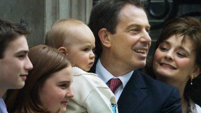 Nesta foto de arquivo tirada em 8 de junho de 2001, o então primeiro-ministro britânico, Tony Blair, e seu filho Leo (ao centro), com sua esposa Cherie (à direita) e o filho Nicholas (à esquerda) e a filha Kathryn: proteção social e liberdade de mercado