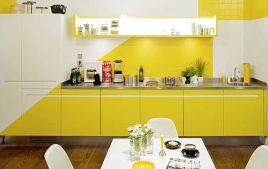 Cozinha com pintura geométrica.
