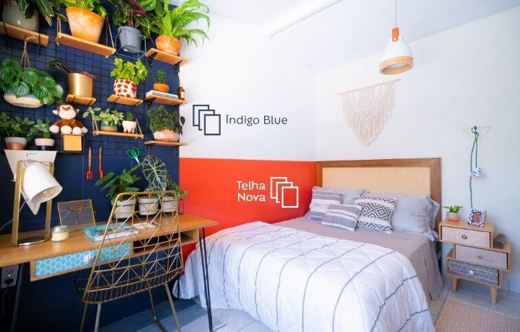 Projeto Karla Amadori para a Suvinil, com pintura de azulejos em torno da cama e na parede azul decorativa.
