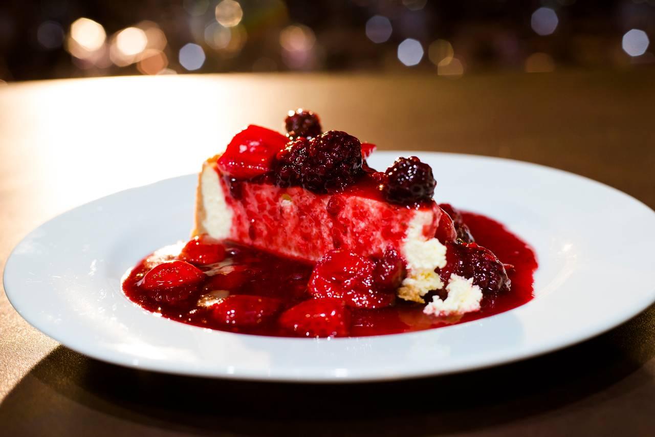 A cheesecake com calda de frutas vermelhas, sobremesa icônica da chef Eva dos Santos, seguirá no cardápio da Praça do Victor