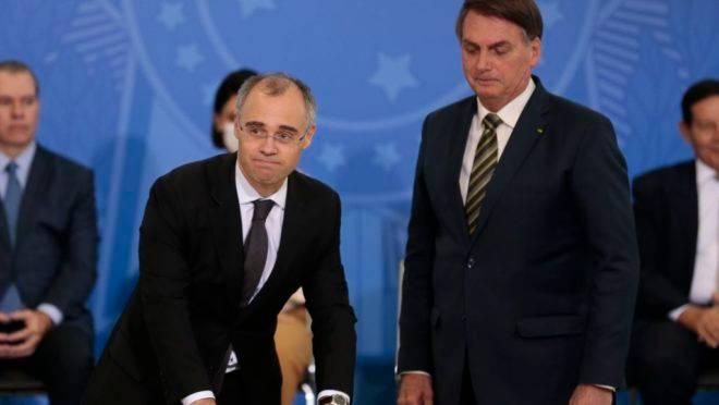 O novo ministro da Justiça e Segurança Pública, André Mendonça, e o presidente da República, Jair Bolsonaro, durante a solenidade de posse no Palácio do Planalto
