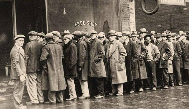 Desempregados fazem fila por comida, na Grande Depressão